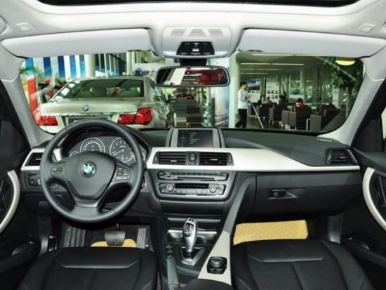 宝马全新3系的方向盘在设计上完全颠覆老款的风格,更为贴近现款5系的样式,9点与15点方位的凹陷设计符合运动车型的理念。方向盘中集成化率更高,涵盖车辆信息、蓝牙电话、音响系统与定速巡航等功能的快捷操作键。仪表盘抛开了紧凑束缚的设计,四个表盘依次排开,更加突出档次感与清晰度。中控台的整体设计依旧以简约为主,而配置与豪华感却又显著的提升。