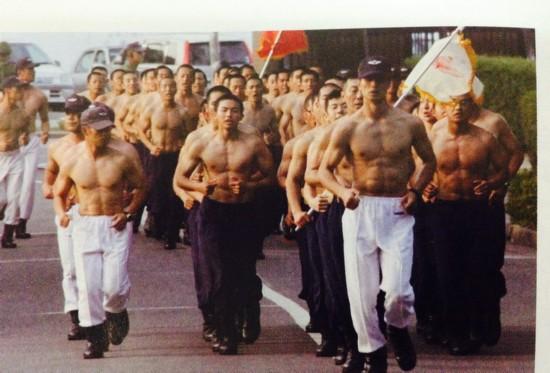 日本自卫队员赤膊训练,图片翻拍自日本2014年度《防卫白皮书》。 人民网驻日本记者刘军国摄