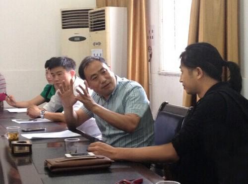图中:中共兴仁县委常委、宣传部部长邱国权与颜振豪