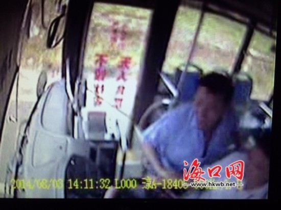 海口64路公交:乘客中途下车遭拒抢踩刹车