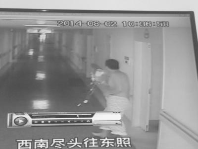 医院内手机被偷 海口男子举着输液瓶追小偷