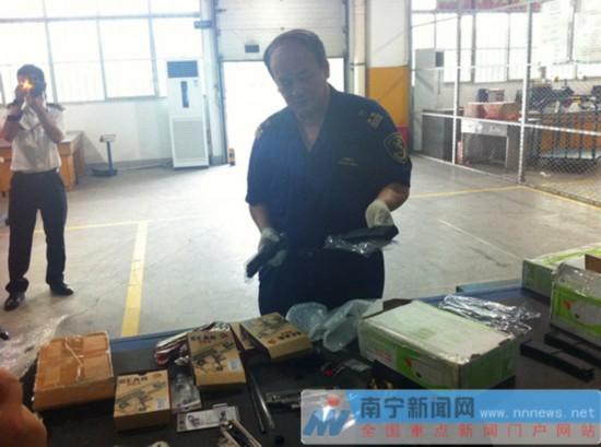 邕州海关近期连续在进境邮递渠道查获大量枪支
