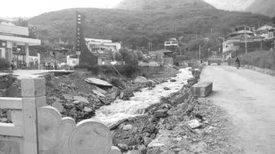 10余名村民被埋压 三亚救援队徒步进村搜救