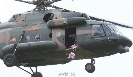 解放军直升机向云南灾区空投方便面(图)