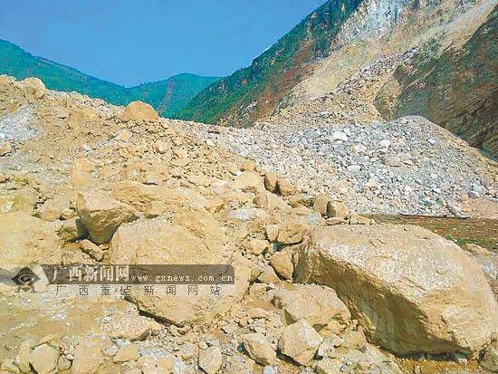 驻桂武警救援队抵塌方坝体 清除震区堰塞湖堵塞体
