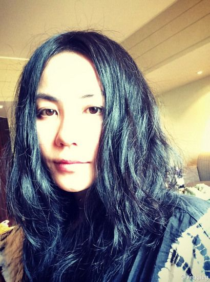 王菲生日晒自拍皮肤白皙黑发披散(图)
