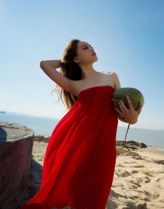 沙滩美女定格瞬间 海的女儿默默不语内心澎湃