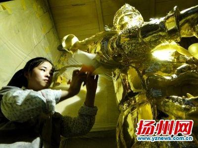 工艺大师正在修缮佛像。孔生摄
