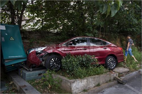 女司机油门当刹车撞倒电箱致小区停电或赔20万