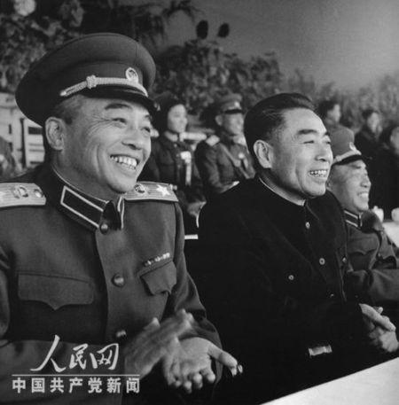 """1955年10月15日,中国人民解放军""""全军射击与体育检阅大会""""在北京先农坛体育场开幕。彭德怀元帅、朱德元帅和周恩来总理在大会主席台上。"""