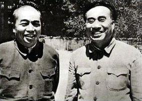 1952年,彭德怀从朝鲜回北京汇报工作期间,和朱德在香山游览时合影。