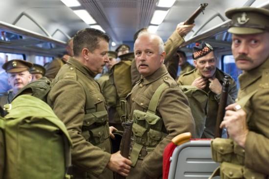 英军事爱好者纪念一战百年 重现奔赴前线场景