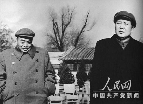 1954年,彭德怀和毛泽东在中南海怀仁堂后草坪。