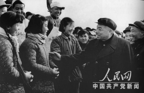 1958年12月,彭德怀副总理在安徽视察。