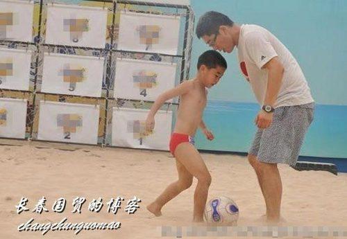 刘建宏11岁儿子首曝光沙地踢足球动作娴熟