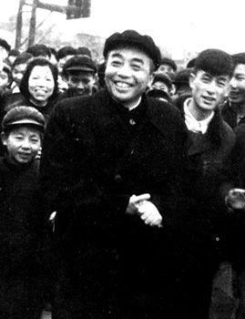 1958年,彭德怀到湖南平江县视察,与人民群众在一起