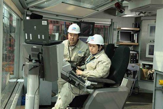 钻井平台工作人员工作中
