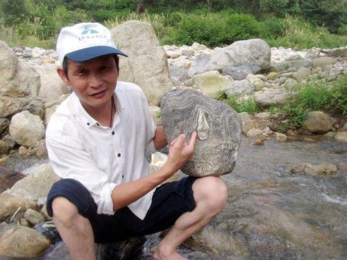 """熊金华在介绍他捡到的""""奇石"""""""