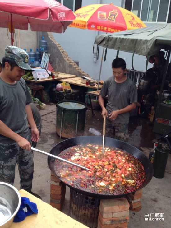 组图:鲁甸地震救灾部队给灾民制作酸菜鱼