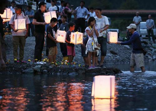 日航巨无霸客机坠毁29周年 家属放河灯纪念