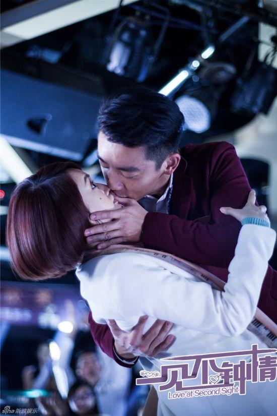 见不钟情》杨丞琳郑恺月下激吻照 浪漫吻戏曝