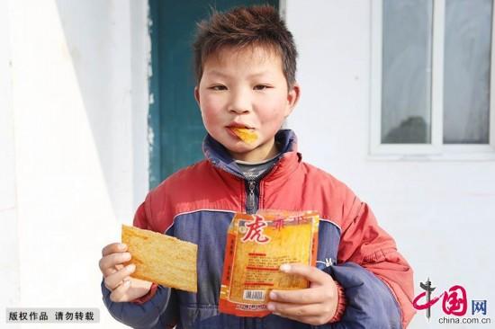 """津津有味地吃着辣条.由于食品安全科学观念重视程度不够,这种""""图片"""