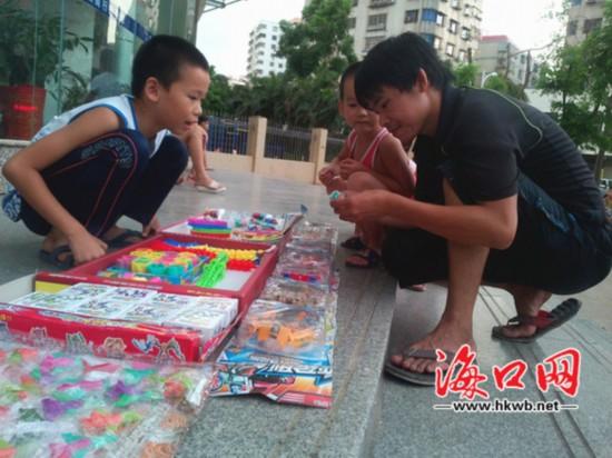 9岁学生暑期摆摊卖玩具 母亲称孩子变更自信