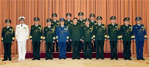 2014 年 7 月 11 日,中央军委在北京八一大楼举行晋升上将军衔仪式,中央军委主席习近平向晋升上将军衔的同志颁发命令状。前排为中央军委委员,后排为2014年晋升的4 位上将。