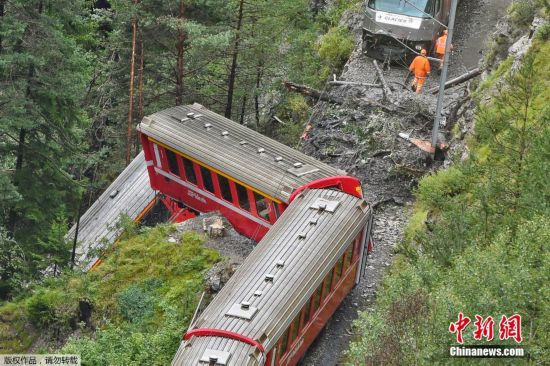 据今日俄罗斯报道,这列火车由瑞士库尔开往圣莫里茨,当地警方称,事故