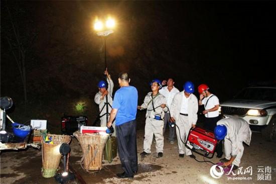 云南电网鲁甸供电公司抢修队深夜开通应急照明。摄影:于守全