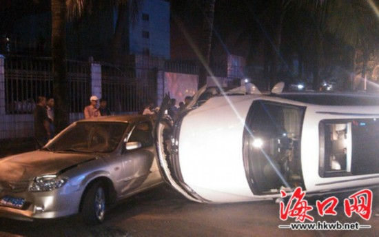 海口:大众撞两车侧翻 疑为疲劳驾驶未有人伤