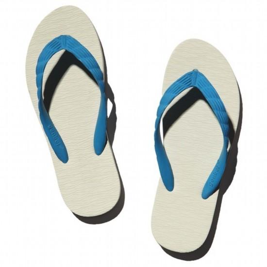 genbei 天然橡胶人字拖   为亚洲人的脚型不断改良   genbei 人字拖诞生于日本神奈川县海边葉山小镇,已有五十多年历史。与其他人字拖相比,genbei 的鞋底略窄,尤其适合亚洲人纤巧的脚型。鞋底前低后高,天然橡胶柔软饱满而富有弹性,保证了站立行走时穿着舒适。   人字带也根据亚洲人脚背较高的特点做了加长加高的设计,夹趾部分造型立体、不易变形,不但相对减少了脚趾、脚背与人字带间的摩擦,还能自然增加脚部的美感。   鞋面上的曲线花纹是 genbei 的特色和标志之一,既能防止穿着时打滑,又让人