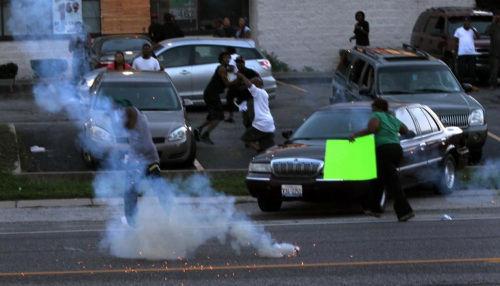 美国白人警察射杀黑人引骚乱 奥巴马在度假