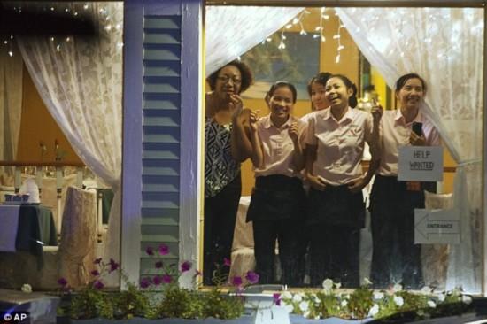 组图:奥巴马夫妇马萨岛度假 就餐被围观拍照