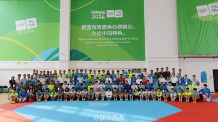 习近平到南京看望青奥会中国体育代表团
