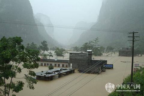 12日,广西都安,洪水淹至巴善小学教学楼一半。(摄影:黎家宜)