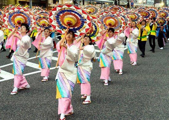 日本1600余人举纸伞热舞 打破吉尼斯纪录(图)