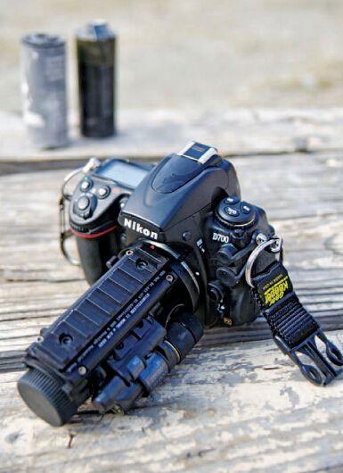 """""""格斗相机""""小组的标准配置之一,装有Nightstalker II夜视系统的尼康D700相机,专用于夜间行动。"""