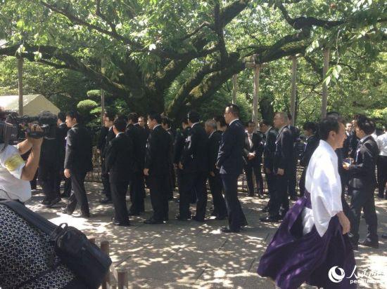 日本投降日大批国会议员前往靖国神社参拜