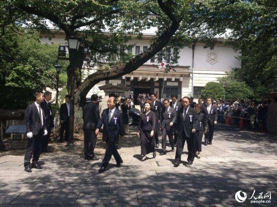 当地时间8月15日上午11点左右,大批日本国会议员进入靖国神社参拜。(人民网 赵松摄)