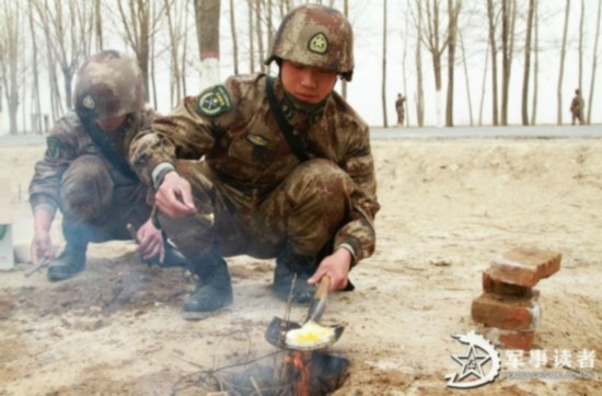 舌尖上的解放军 揭秘部队野外生存菜谱