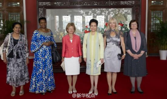 彭丽媛陪同外国领导人夫人观赏南京博物院
