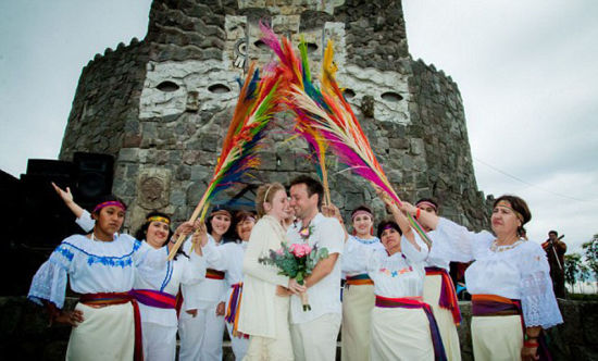 英国夫妇环游世界举办66场婚礼