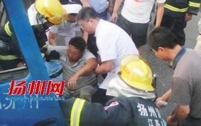货车司机被救出。