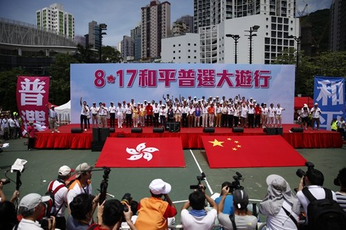 """香港街头反""""占中""""张明敏演唱《团结就是力量》"""