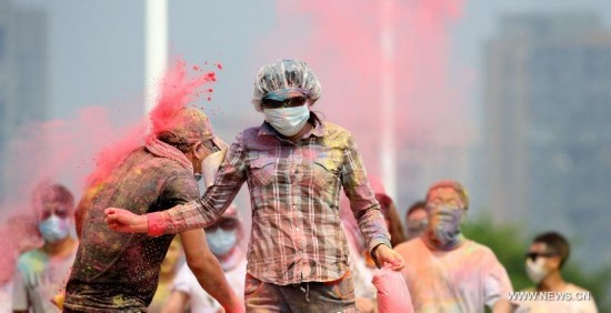 Citizens attend a color run activity in Heping District of Shenyang, northeast China's Liaoning Province, Aug. 16, 2014.