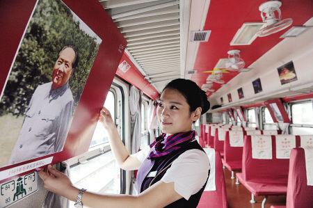 开往韶山的红色专列车厢里满是主席风采