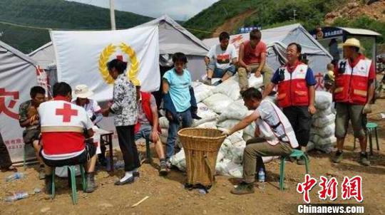 鲁甸灾区民众接收柬埔寨中资企业与农户捐赠大米