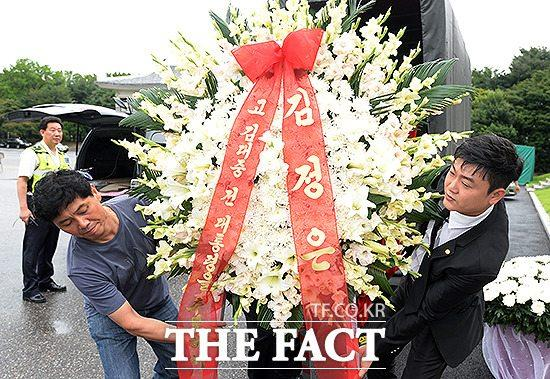 韩国前总统金大中逝世5周年,朝鲜赠送花圈.-金正恩向金大中遗属送