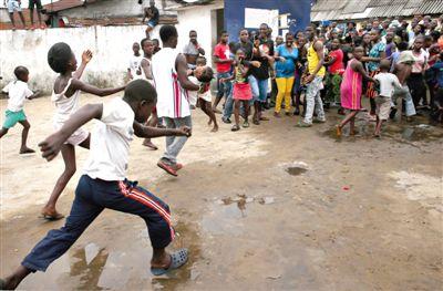西非埃博拉隔离所遭袭 20名埃博拉患者逃离